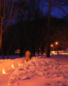 步入會場先走過雪燈路