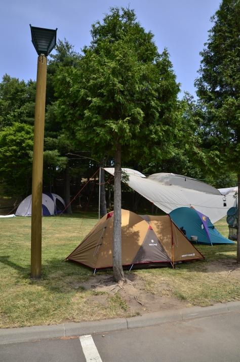 營地前方便是停車位,大部份人都趁中午炎熱到處遊玩!