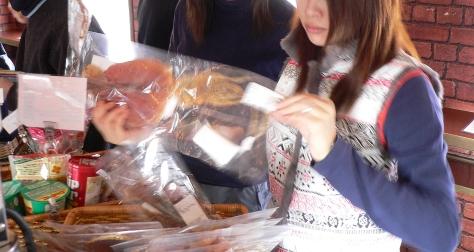 在車廂小賣部買點魷魚乾來烤吧!