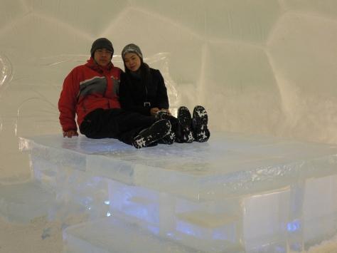在冰酒店內若不是一身滑雪衣裝,怎能這樣輕鬆坐在冰床上