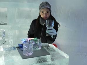 怕冷的記緊穿上手套才拿起冰杯呀!